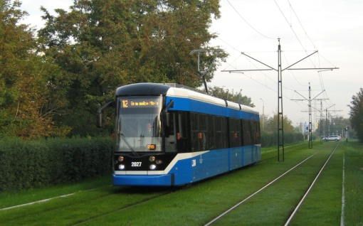 Krakowski Bombardier NGT6/2 zbliża się do przystanku Bratysławska