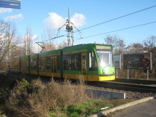 Siemens Combino przy zjeździe z trasy Poznańskiego Szybkiego Tramwaju