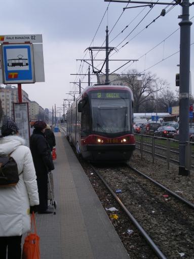 Pesa 120N na przystanku Hale Banacha (ul. Grójecka) w Warszawie