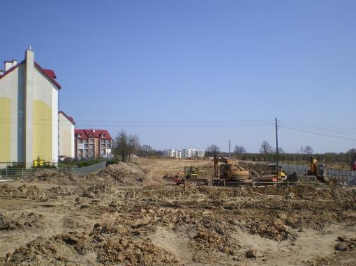 Budowa alei Sikorskiego (po lewej blok przy ulicy Jarockiej 74b)