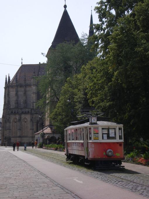 Zabytkowy tramwaj przed katedrą św. Elżbiety na Hlávnych námiestiach w Koszycach