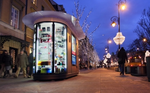 Nowoczesny kiosk na wyremontowanym Krakowskim Przedmieściu