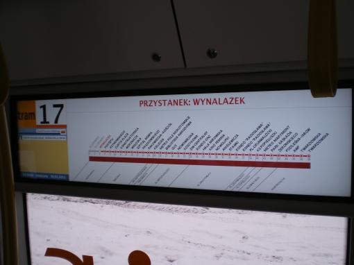 Wewnętrzna elektroniczna tablica kierunkowa w Pesie Swing (przystanek)