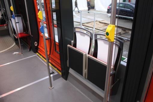 Drzwi dwuskrzydłowe i składane siedzenia w Solarisie Tramino