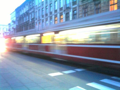 Pędzi tramwaj przez Łódź (po Gdańskiej)