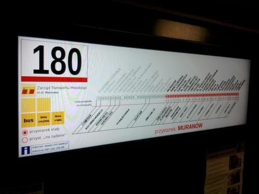 Wewnętrzna tablica kierunkowa (ekran ciekłokrystaliczny) w warszawskim autobusie