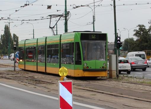 Siemens Combino mija przystanek Bałtyk w Poznaniu
