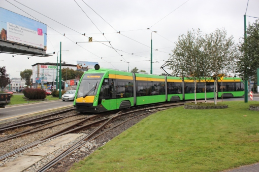 Solaris Tramino S105P skręca z Mostu Dworcowego w ulicę Towarową w Poznaniu