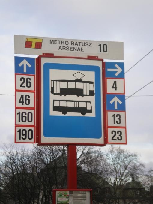 Oznakowanie przystanku tramwajowo-autobusowego (Metro Ratusz Arsenał w Warszawie)