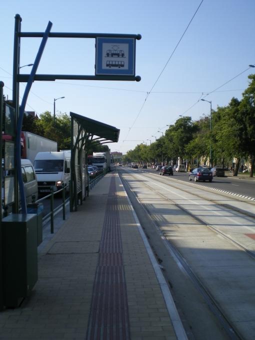 Przystanek tramwajowo-autobusowy Tavasz utca na Kossuth Lajos sugárút w Segedynie