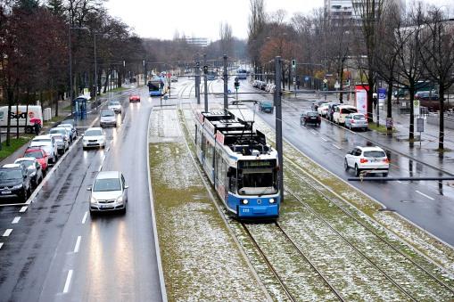 Tramwaj linii 16 na nowym odcinku sieci w Monachium, prowadzącym do St. Emmeram