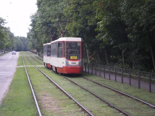 Konstal 105Na na torowisku trawiastym na ulicy Nowotnej w Gdańsku