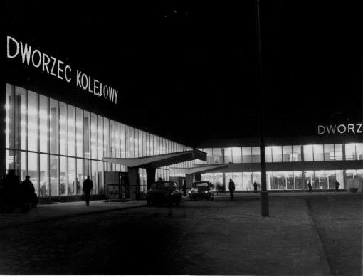 Dworzec Główny w Olsztynie nocą (lata 70. XX w.)