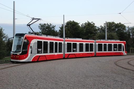 Tramwaj Pesa Twist na pętli Stadion Raków w Częstochowie