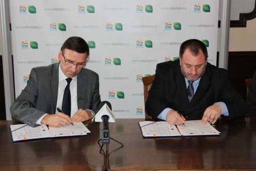 Prezydent Olsztyna Piotr Grzymowicz i Zbigniew Palenica z Solarisa podpisują umowę
