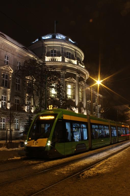 Solaris Tramino S105P przed Collegium Maius w Poznaniu