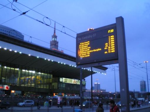 Tablica informacji przystankowej na przystanku Dworzec Centralny w Warszawie