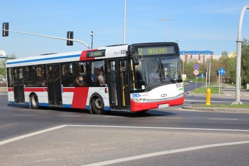 Solaris Urbino 12 na skrzyżowaniu alei Sikorskiego z ulicami Tuwima i Synów Pułku