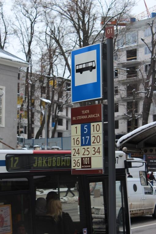 Słupek przystankowy nowego systemu identyfikacji wizualnej Olsztyna (przystanek Teatr im. Stefana Jaracza)