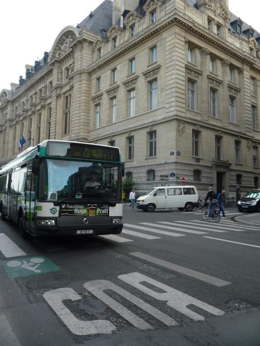 Buspas na Rue des Écoles w Paryżu (skrzyżowanie z Rue de la Sorbonne)
