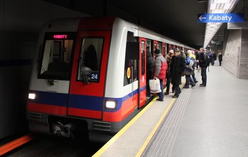 Pociąg Alstom Metropolis na stacji metra Ratusz Arsenał w Warszawie