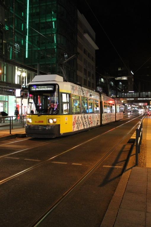Bombardier Flexity Berlin na przystanku S+U Friedrichstraße w Berlinie