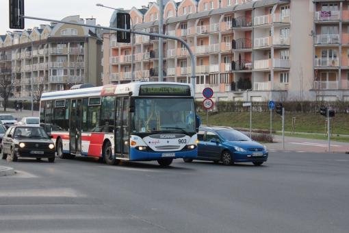Scania Omnilink CL9 skręca z Wilczyńskiego w aleję Sikorskiego