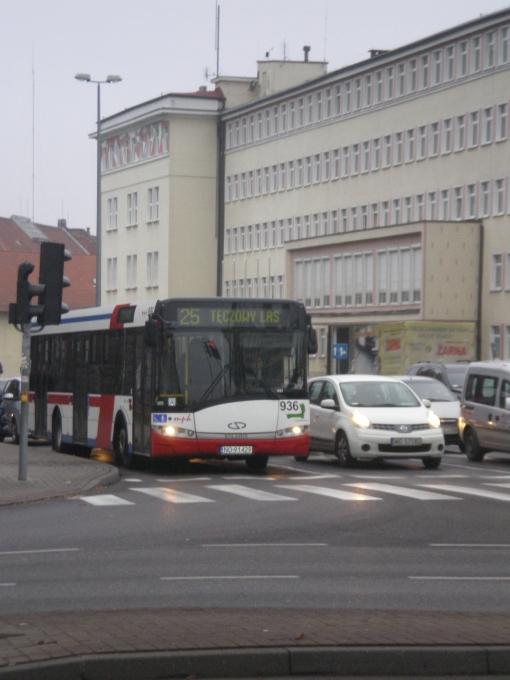 Solaris Urbino 12 na skrzyżowaniu alei Piłsudskiego i Kościuszki