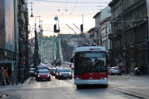 Trolejbus Solaris (oznaczony jako Ganz-Škoda) Trollino 12 zjeżdża z torowiska tramwajowego na Vámház körút w Budapeszcie