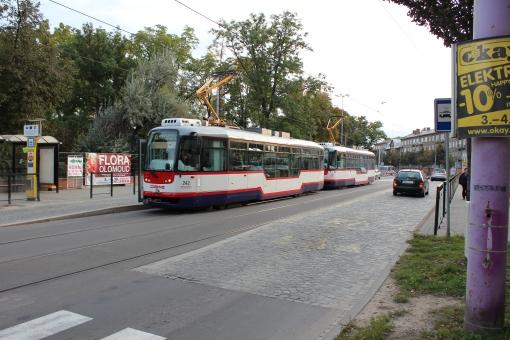 Vario LF (Tatra T3R.EVN) na przystanku typu wiedeńskiego Výstaviště Flora w Ołomuńcu