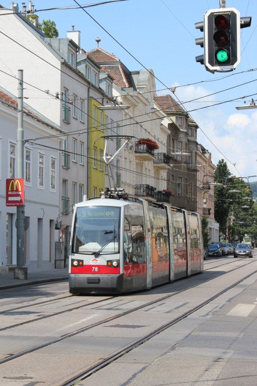 Siemens ULF na skrzyżowaniu Heitziger Hauptstraße i Sankt-Veit-Gasse w Wiedniu