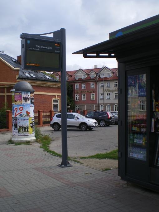 Tablica informacji pasażerskiej na przystanku Plac Roosevelta przy Szrajbera (7 sierpnia 2014)