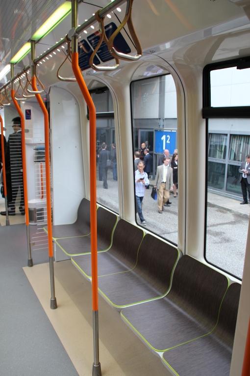 Wnętrze tramwaju wysokoperonowego (Stadtbahnu) Vossloh TW3000 dla Hannoweru