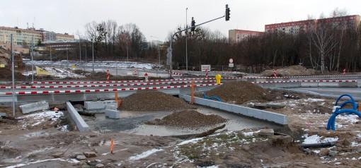 Budowa linii tramwajowej przy skrzyżowaniu ulic Obiegowej, Pstrowskiego i alei Sikorskiego (2 stycznia 2015)