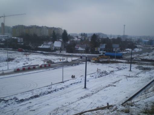 Budowa linii tramwajowej przy skrzyżowaniu ulicy Obiegowej z ulicą Pstrowskiego i aleją Sikorskiego (4 lutego 2015)
