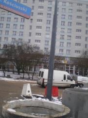 Słupy trakcji tramwajowej na placu Konstytucji 3 Maja (4 lutego 2015)