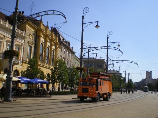 Samochód sieciowy (wieżowy) i dekoracyjne słupy trakcyjne na Kossuth tér w Debreczynie