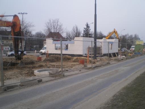 Budowa linii tramwajowej na placu Konstytucji 3 Maja (20 marca 2015) - budynek socjalny przy przystanku końcowym