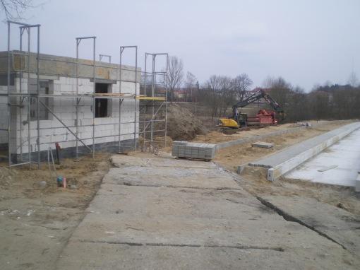 Budowa linii tramwajowej przy ulicy Tuwima (21 marca 2015) - budynek socjalny przy przystanku końcowym przy skrzyżowaniu z aleją Warszawską i ulicą Prawocheńskiego