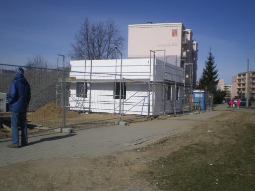 Budowa linii tramwajowej przy ulicy Witosa (22 marca 2015) - budynek socjalny przy przystanku końcowym przy skrzyżowaniu z ulicą Kanta