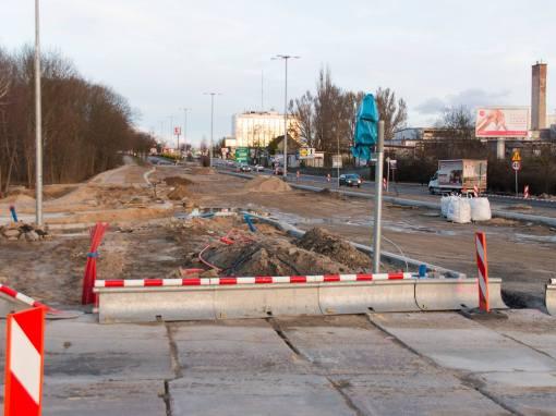 Budowa linii tramwajowej na skrzyżowaniu alei Sikorskiego oraz ulic Pstrowskiego i Obiegowej (3 kwietnia 2015)