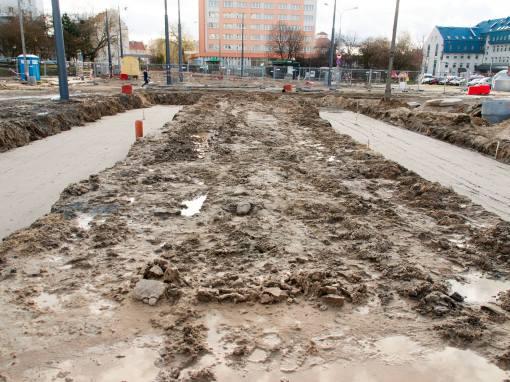 Budowa przystanku końcowego linii tramwajowej na placu Konstytucji 3 Maja (3 kwietnia 2015)
