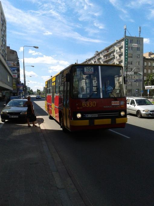 Ikarus 260 na linii 195 odjeżdża z przystanku Morskie Oko w Warszawie