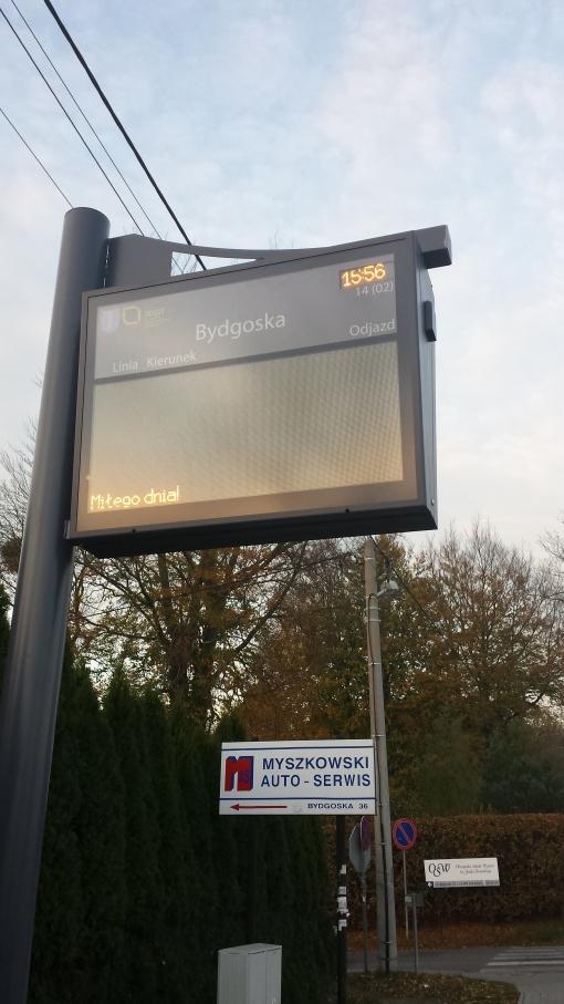 Tablica informacji pasażerskiej na przystanku Bydgoska