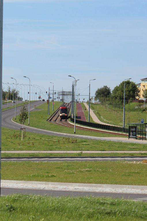 Pesa 120 NaG Swing wspina się aleją Havla w Gdańsku