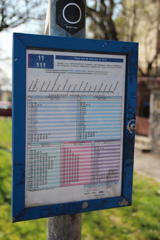 Tabliczka zintegrowanego rozkładu jazdy dwóch linii - 11 i 111 - w Budapeszcie
