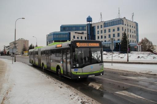 Solaris Urbino 18 zbliża się aleją Piłsudskiego do placu Inwalidów Wojennych