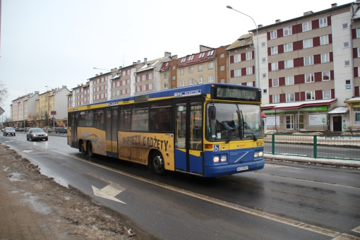 15-metrowiec Volvo B10B 6X2 zbliża się do skrzyżowania Wilczyńskiego z Boenigka i Kanta