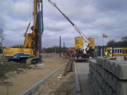 Budowa linii tramwajowej przy ulicy Płoskiego (17 kwietnia 2015) - ustawianie słupów trakcyjnych