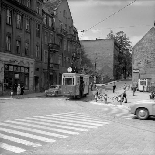 Tramwaj linii 1 skręcający z mostu św. Jana w Grunwaldzką